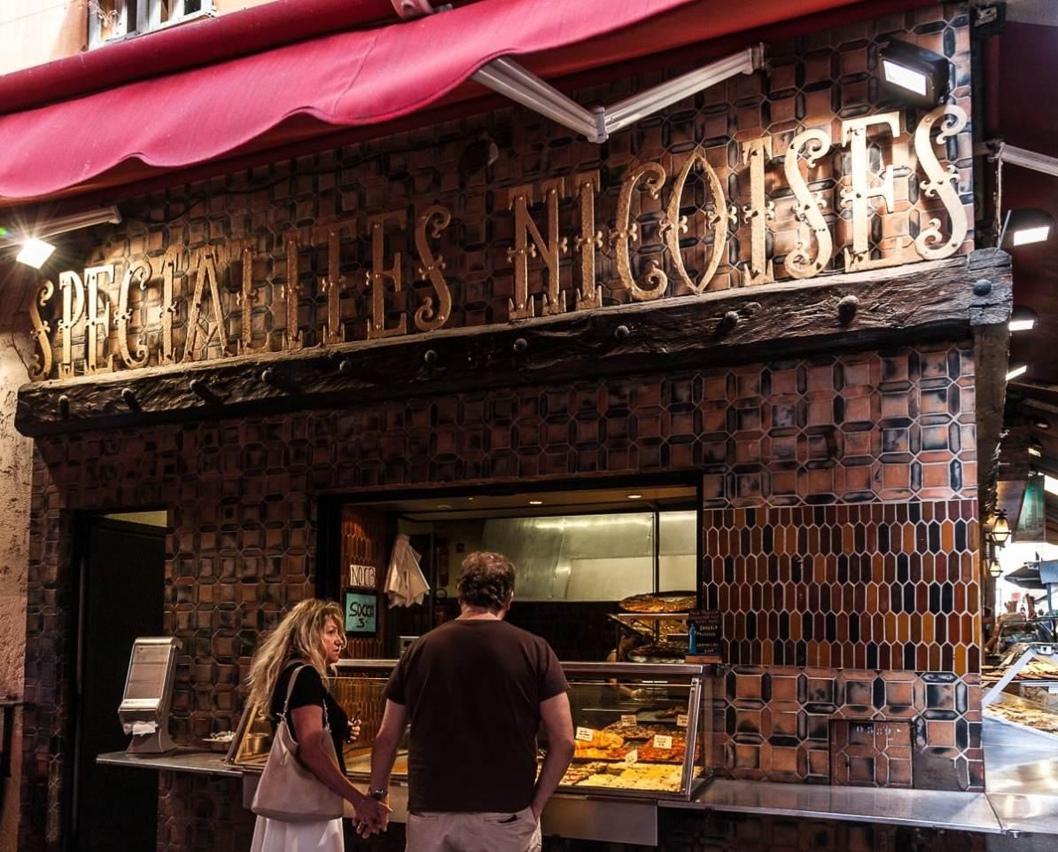 Bäckerei mit Nizzaer Spezialitäten in der Auslage.