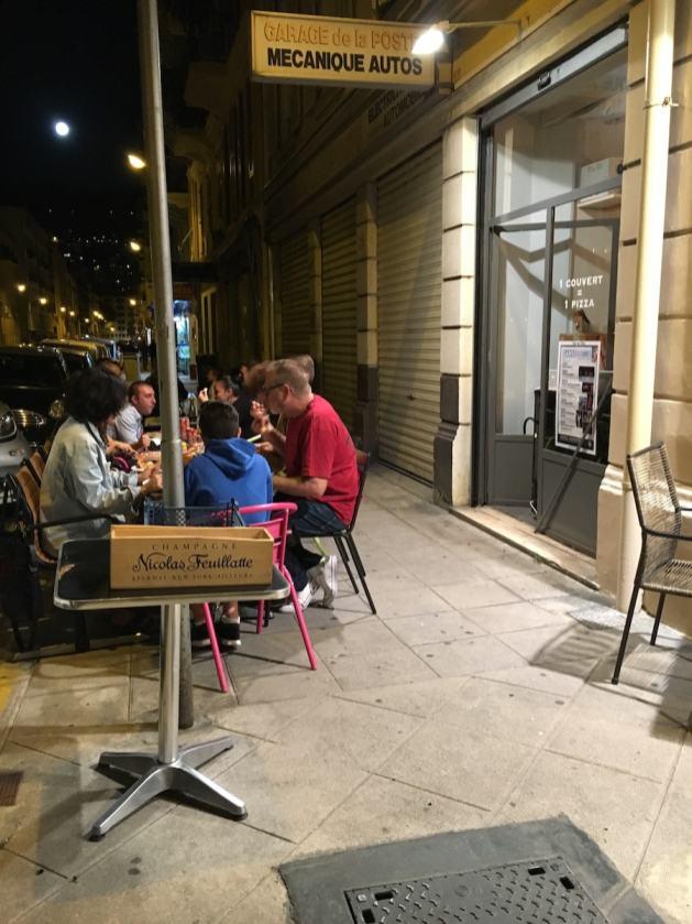 Außentische der Pizzeria