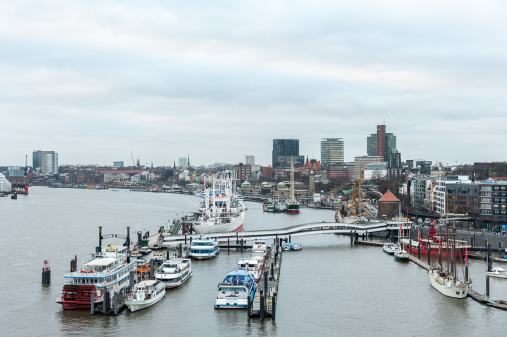 Blick auf den Hafen/Landungsbrücken