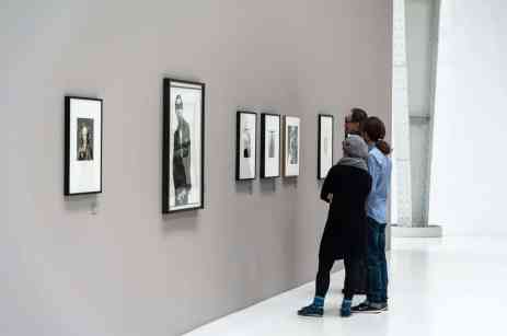 Besucher vor den Truman Capote-Portraits von Irving Penn (Foto: Simon Bierwald, Indeed Photography)