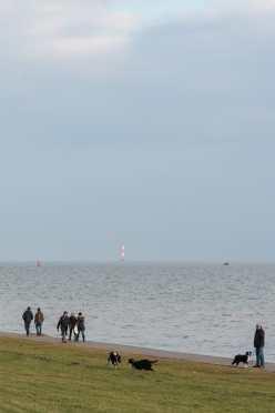 Spaziergänger am Südstrand in Wilhelmshaven.