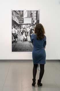 Vertieft in ein Foto von Peter Lindbergh