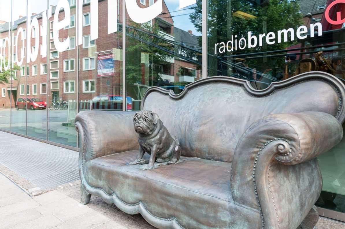 Das Loriot-Sofa mit Mops vor Radio Bremen.