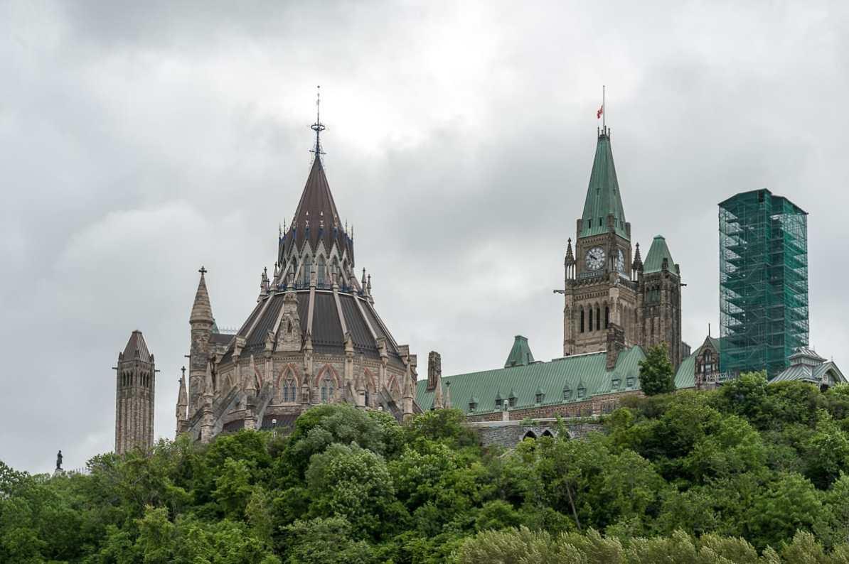Parlament mit Bibliothek im Vordergrund