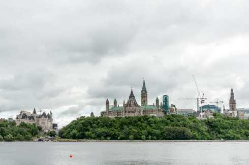 Schöner Blick von der Québec-Seite auf Ottawas Parlamentshügel und Château Laurier