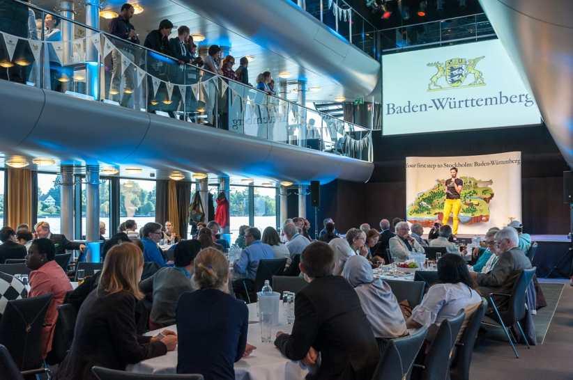 Kimsy von Reischach bei der Moderation der Nobelpreisträgerfahrt