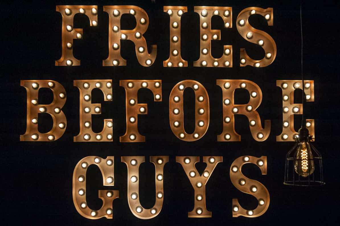 "Lichtinstallation ""Fries Before Guys"" im Frittenwerk Essen"