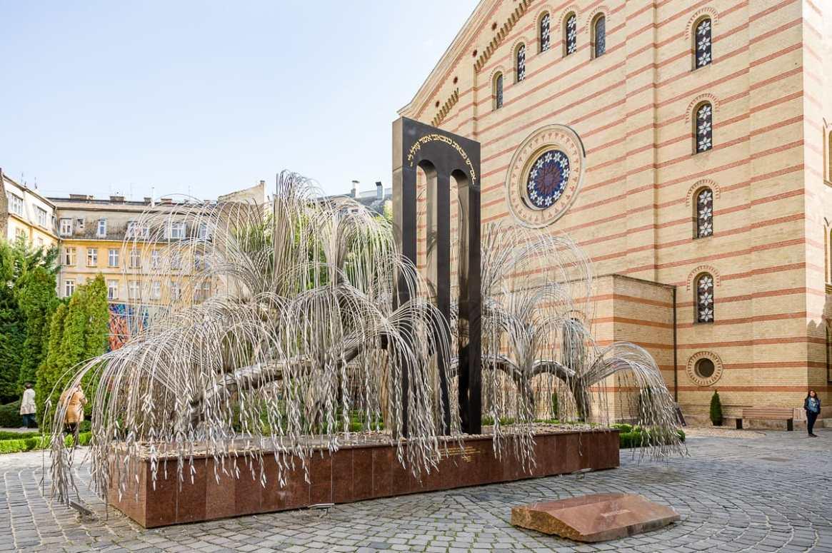 Baum des Lebens-Denkmal im Raoul Wallenberg Park hinter der Synagoge