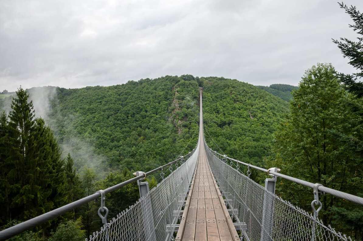 Brücke in den Wolken