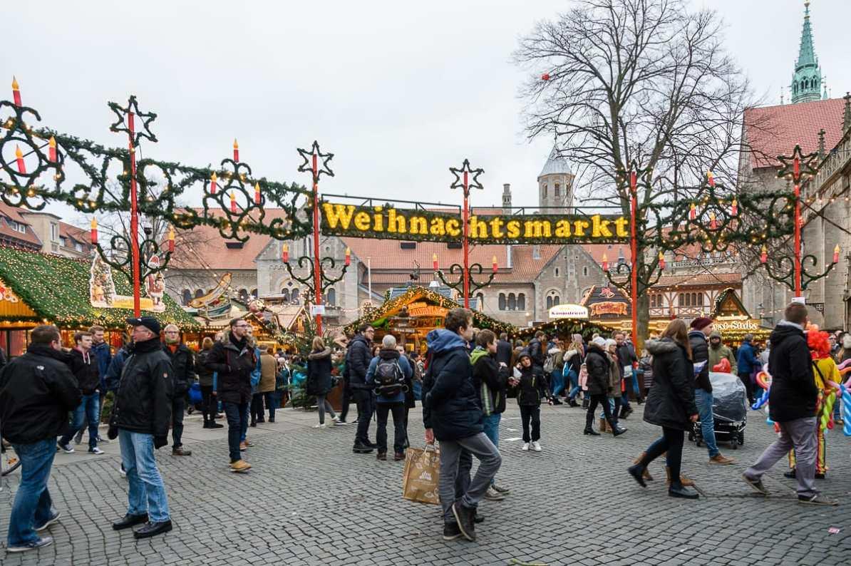 Weihnachtsmarkt mit Burgplatz mit Löwen, Burg Dankwarderode und Dom St. Blasii