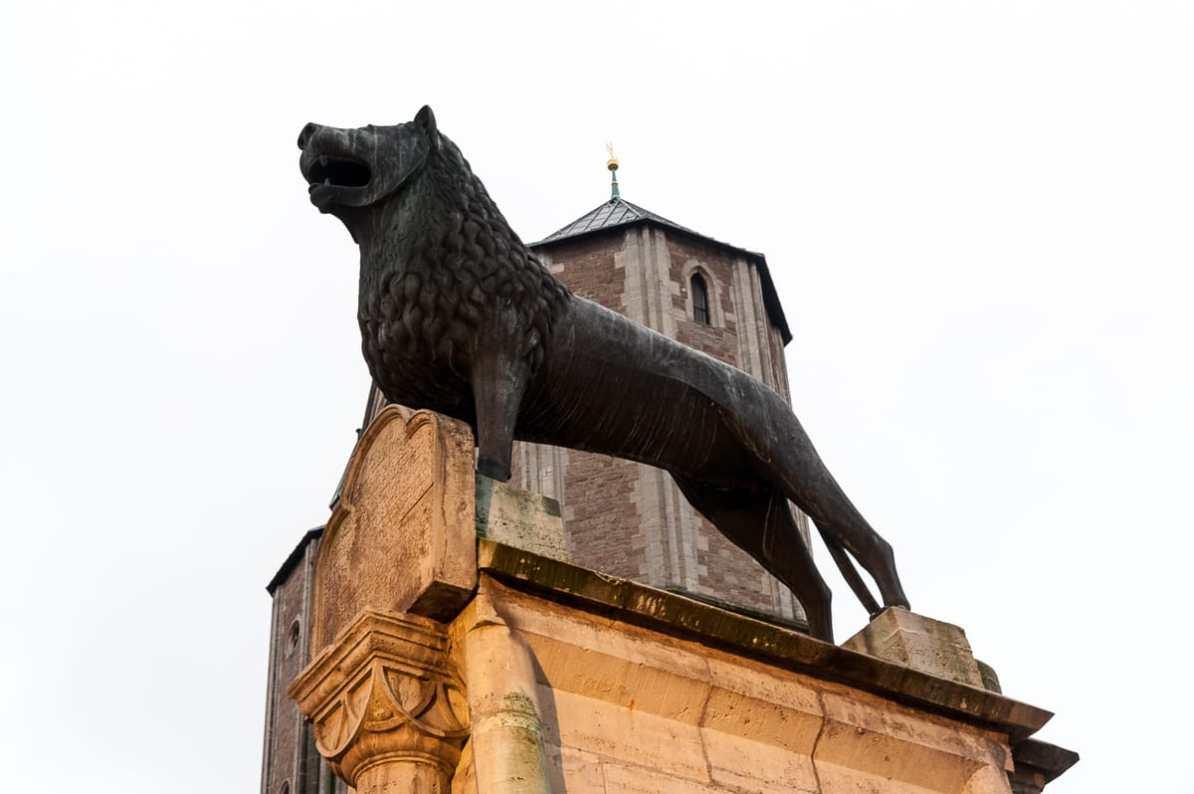 Braunschweiger Löwe auf dem Burgplatz, im Hintergrund Dom St. Blasii