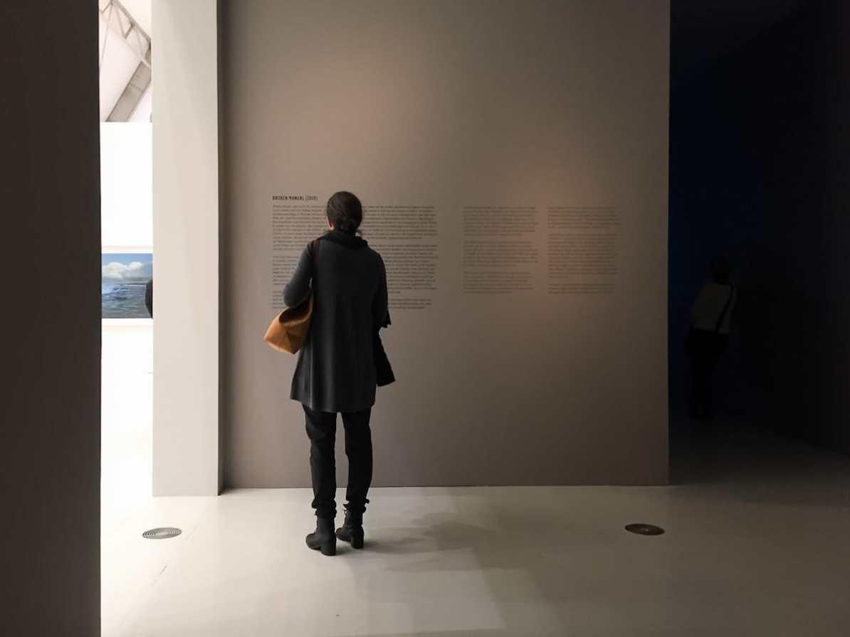 Im düsteren Bereich der Ausstellung