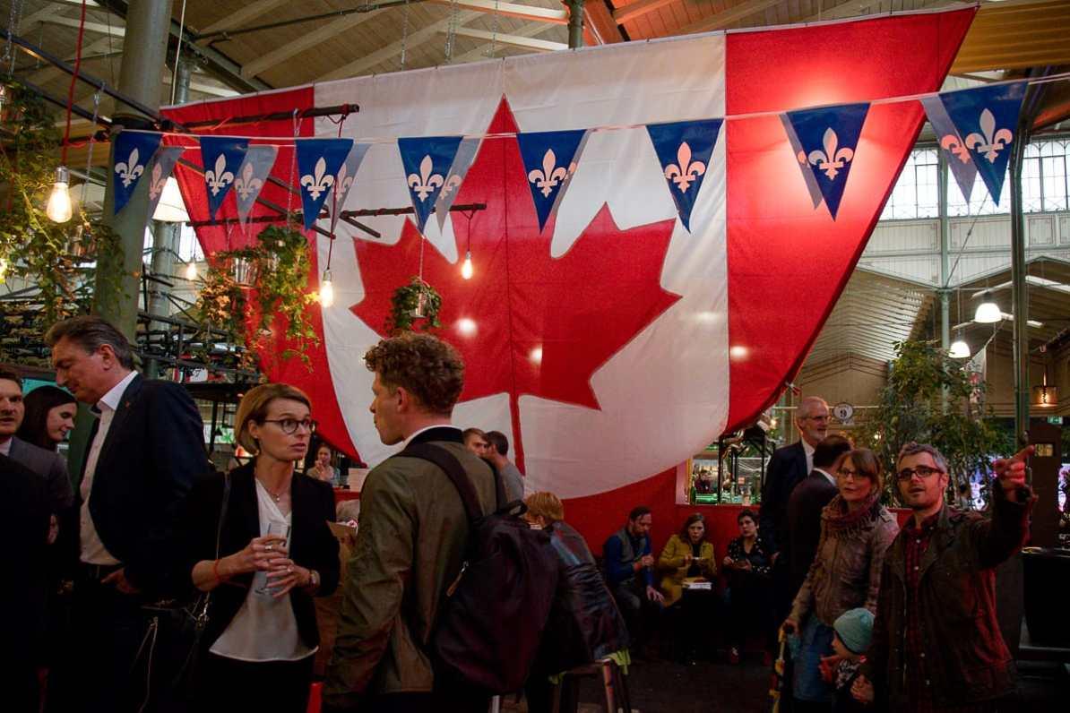 Von weitem gut sichtbar: die riesige Kanadaflagge