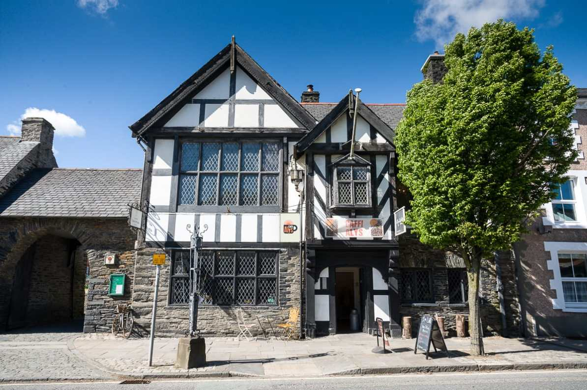 Caffi Alys (Café) neben Owain Glyndŵr's Parliament House