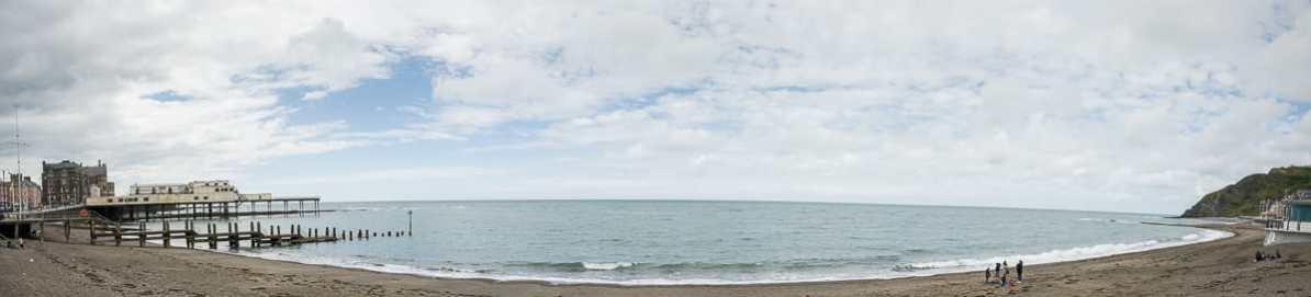Die Strandpromenade und der Strand von Aberystwyth