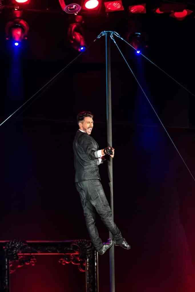 """Vertical Pole - Alexey Bitkine leicht und elegant in """"Fashion""""."""