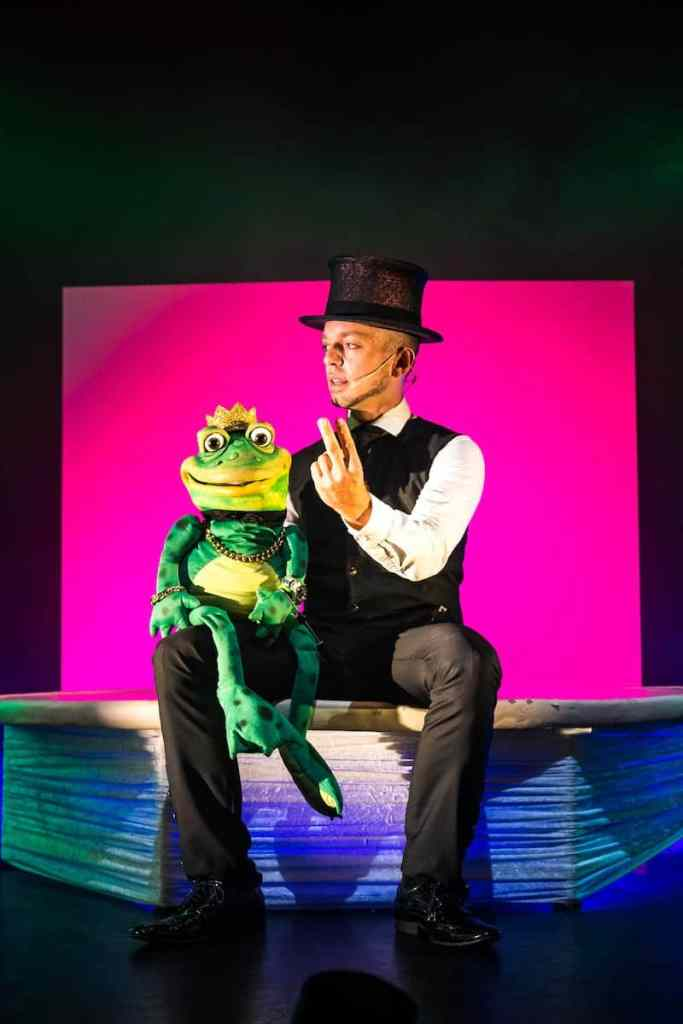"Who let the frog out?! Timothy Trust mit seinem Frosch bei ""Trust Me"""