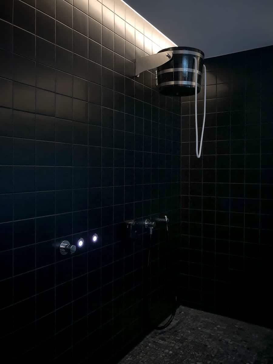 Dusche mit Schwalleimer