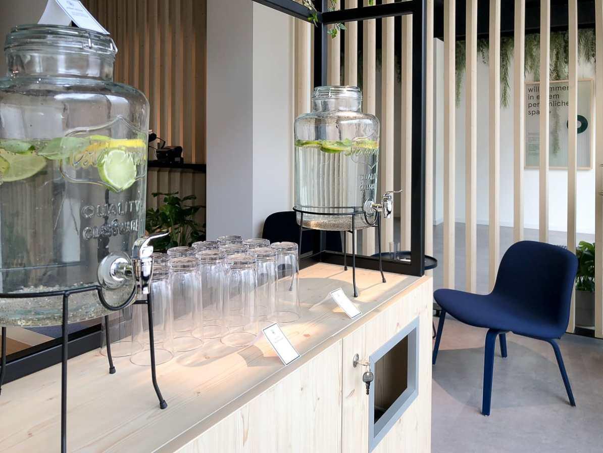Wasserspender in der Lounge
