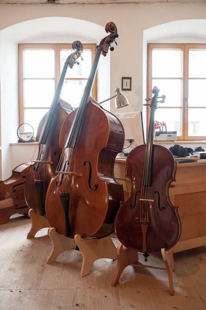 Kontrabass-Meisterstück (Mitte) mit weiterem Kontrabass und Cello