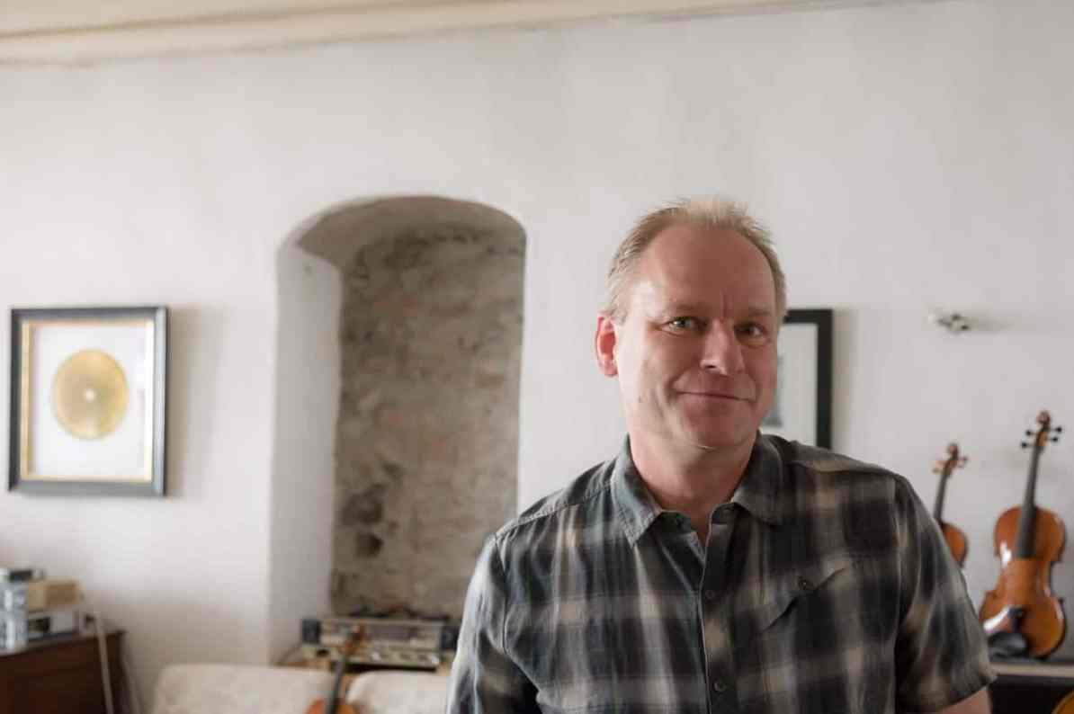 Geigenbauer Oliver Radke in seiner Werkstatt