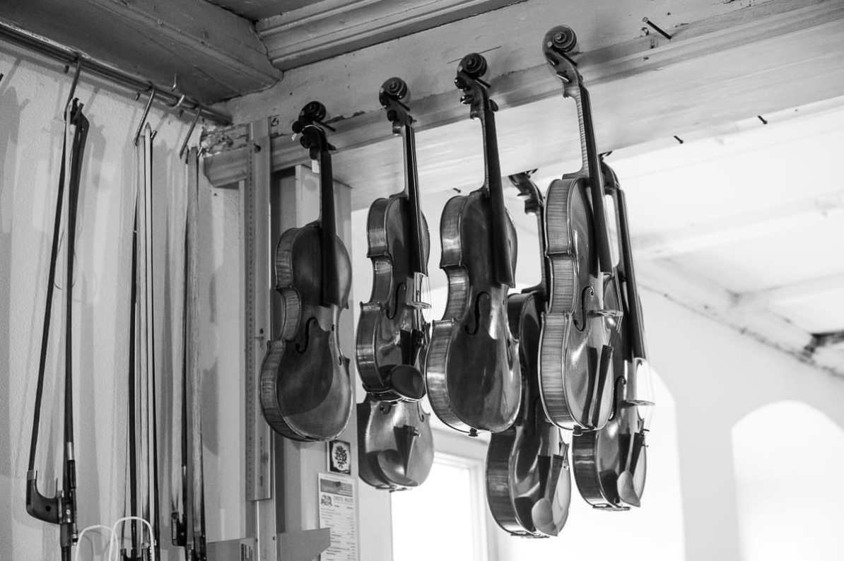 In der Werkstatt hängende Geigen