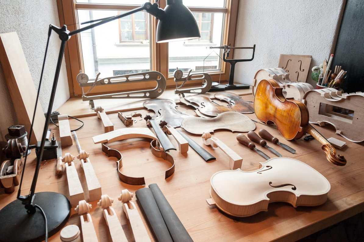 Die vielen Einzelteile in Oliver Radkes Werkstatt, die für eine Geige notwendig sind
