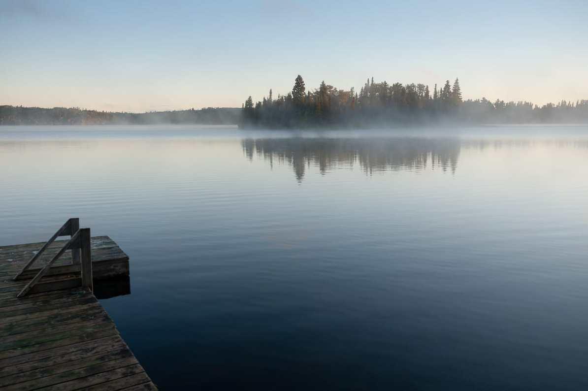 Falcon Lake am Morgen - der Steg der Mountain Maple Cabin, im Hintergrund Picnic Island