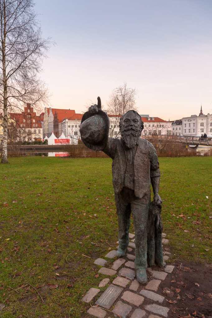 Johannes-Brahms-Denkmal am Ufer der Obertrave