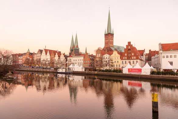 Blick von der Obertrave auf die Altstadt von Lübeck in der Abendsonne