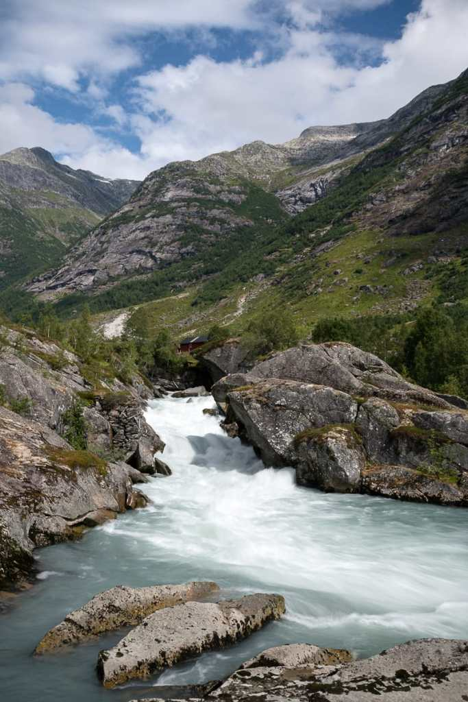 Die raue Landschaft in Norwegen am Fluss