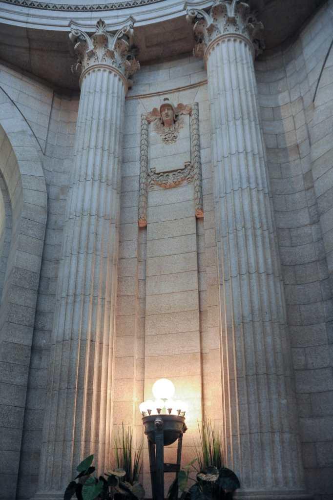 Lampen zwischen den Säulen im Manitoba Legislative Building in Winnipeg