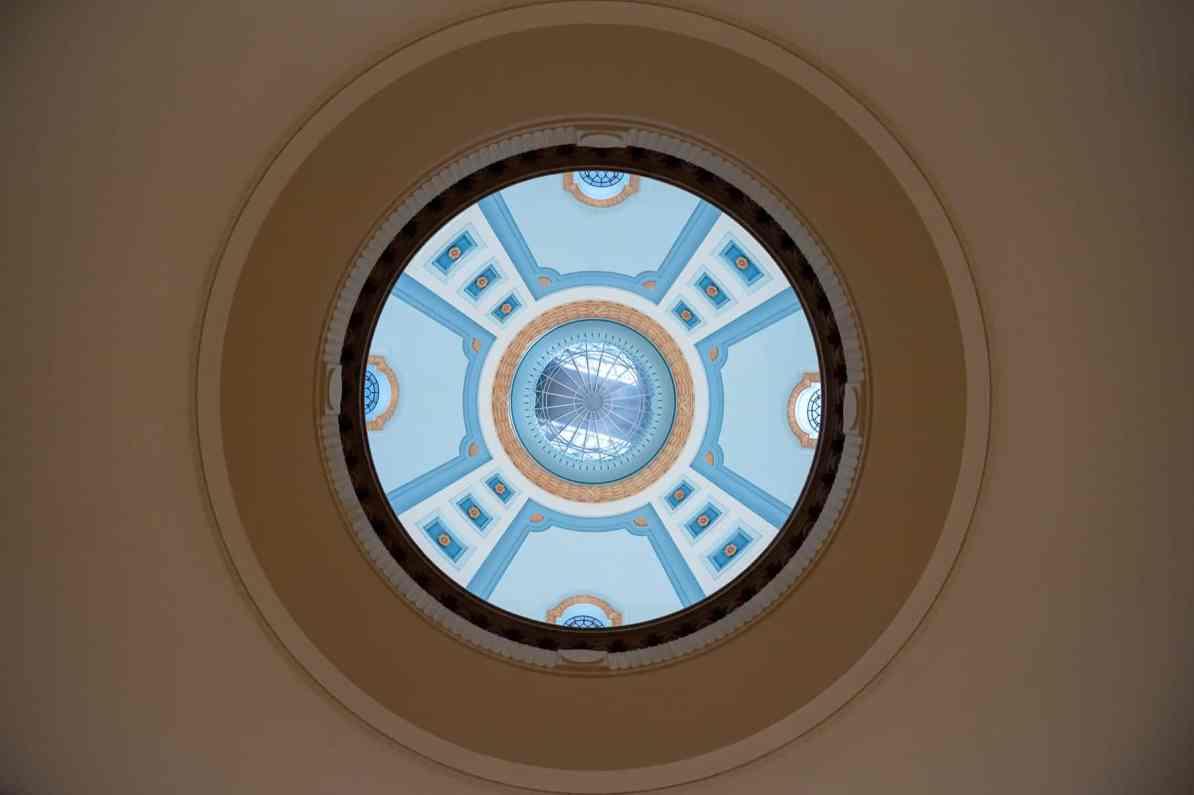 Blick vom Black Star bis hinauf in die Kuppel, auf der Hermes steht