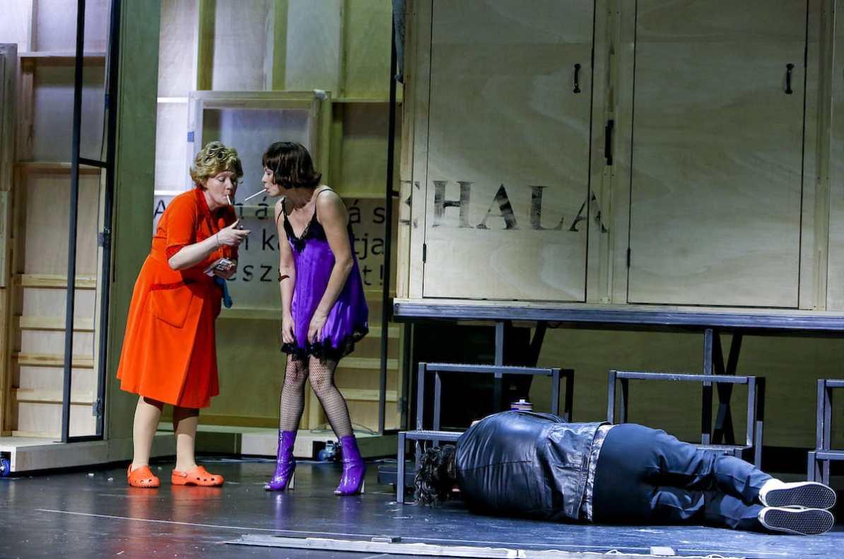 """Anke Zillich (Omma) & Friederike Tiefenbacher (Mitzi) - Szene aus """"Als die Omma den Huren noch Taubensuppe kochte"""" Foto: Birgit Hupfeld/Theater Dortmund"""