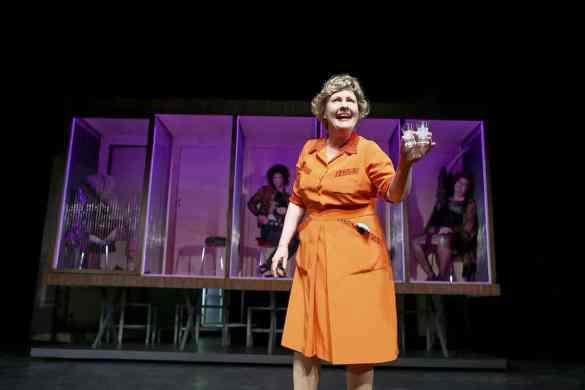 Anke Zillich als Omma in orangener Reinigungsfachkraftskleidung Foto: Birgit Hupfeld/Theater Dortmund