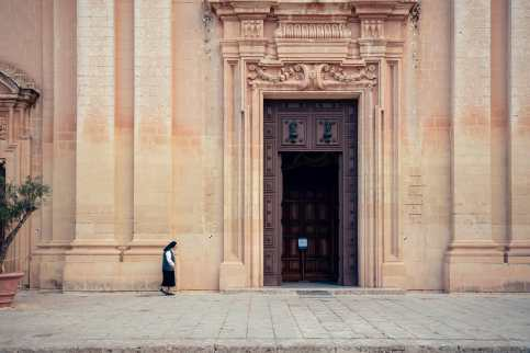 Nonne an der Kathedrale