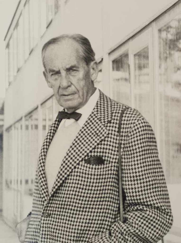 Hans G. Conrad (Foto): Walter Gropius auf der Terrasse der Hochschule für Gestaltung (HfG) Ulm am 1. Oktober 1955 während der Feier zur Einweihung der Gebäude. Lizenz: CC BY-SA 3.0 DE via Wikipedia.