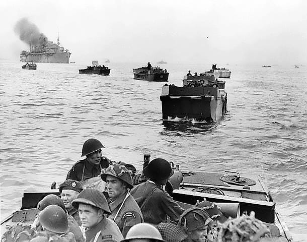 """The Royal Winnipeg Rifles heading towards Juno aboard LCAs"" Foto: This image is available from Library and Archives Canada under the reproduction reference number PA-132651 and under the MIKAN ID number 3191681, gemeinfrei via Wikipedia"