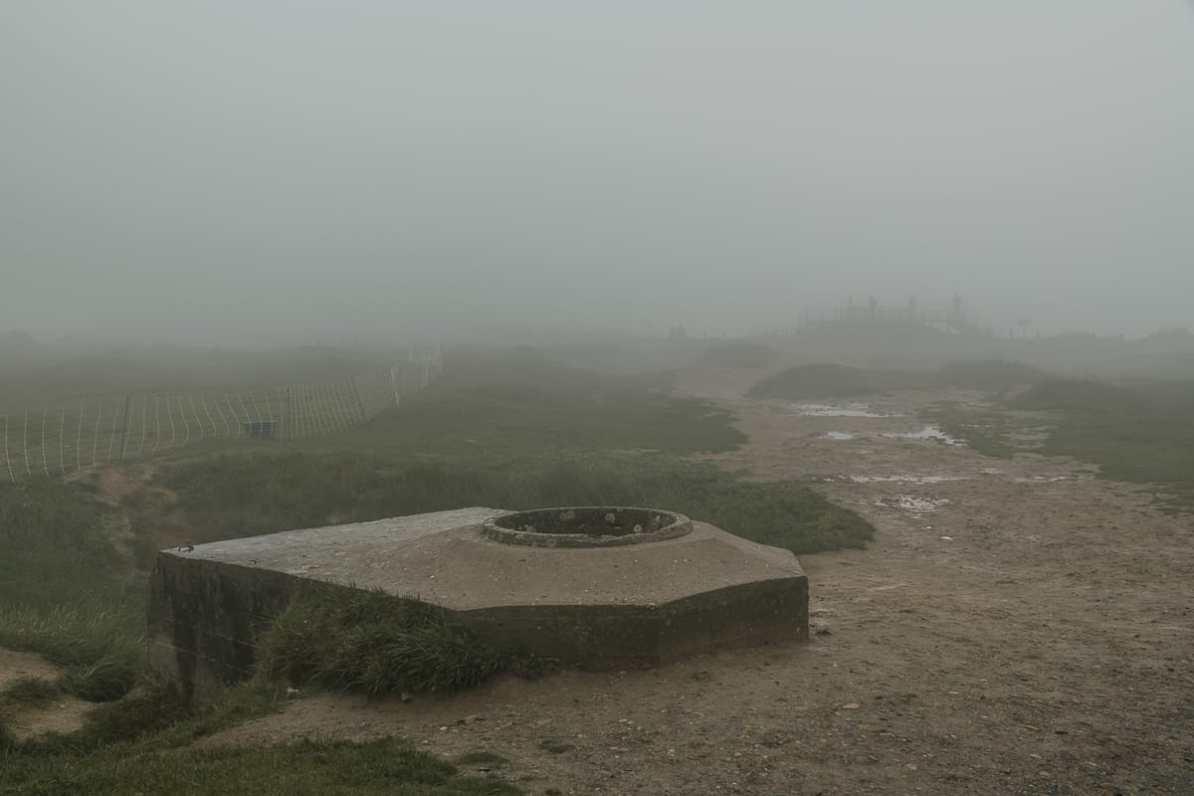 Bunkeranlage von Pointe du Hoc im Nebel.