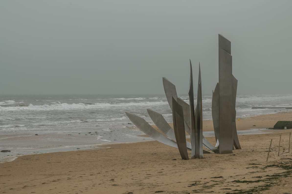 """Les Braves""-Skulptur am Omaha Beach, Saint-Laurent-sur-Mer"