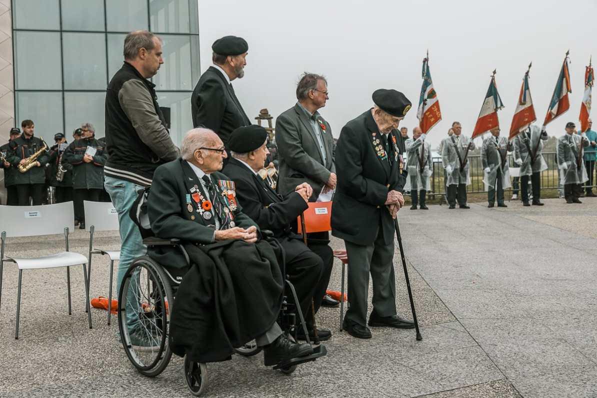 Drei kanadische Veteranen am D-Day 2018 während der Gedenkfeier am Juno Beach Centre.