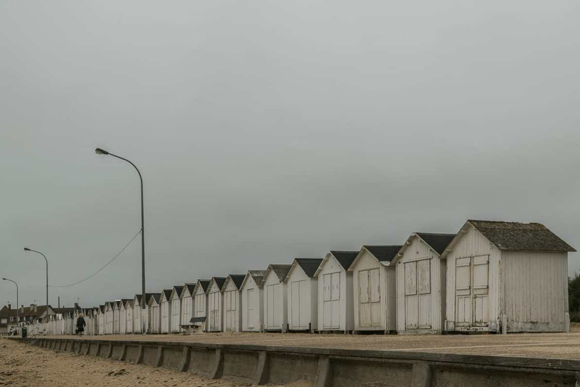 Typische Strandpromenade in der Normandie.