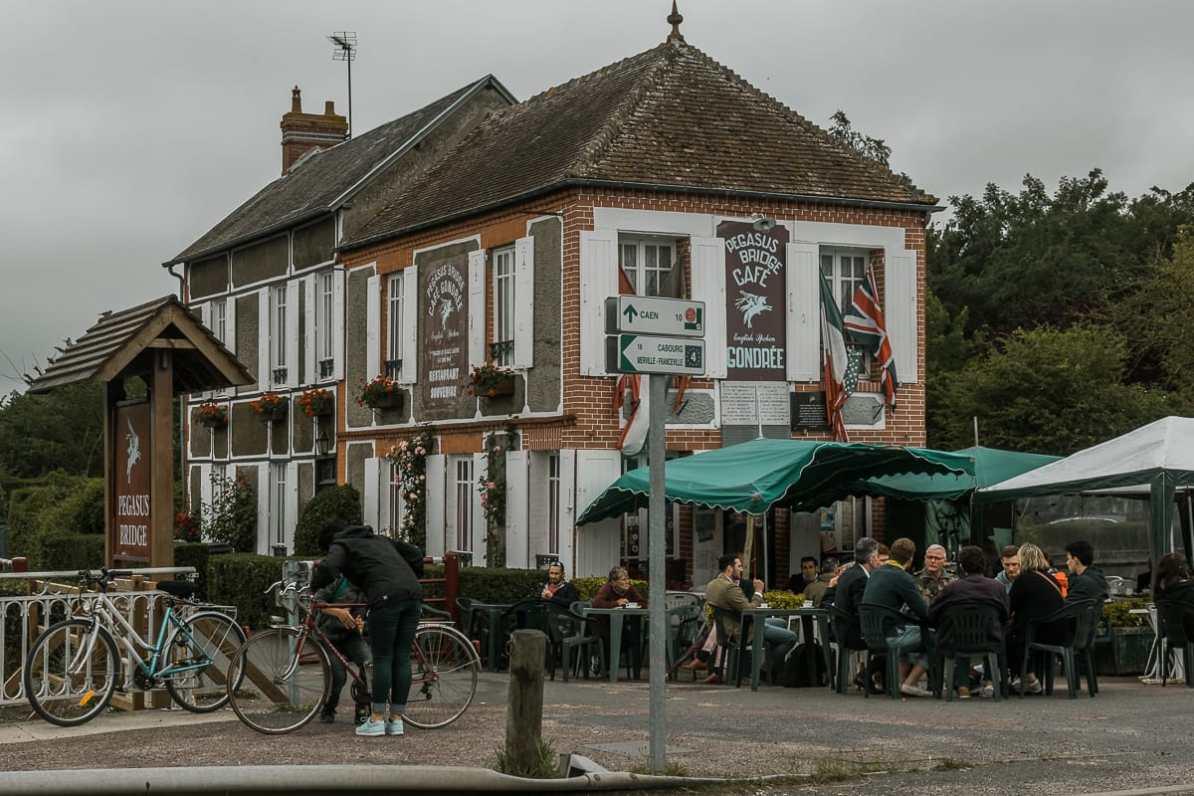 Die Taverne am Ufer.