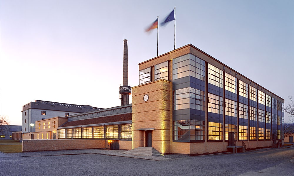 Das Fagus-Werk, Hauptgebäude (Frontale) Foto: Carsten Janssen Lizenz: CC BY-SA 2.0 (via Wikipedia).
