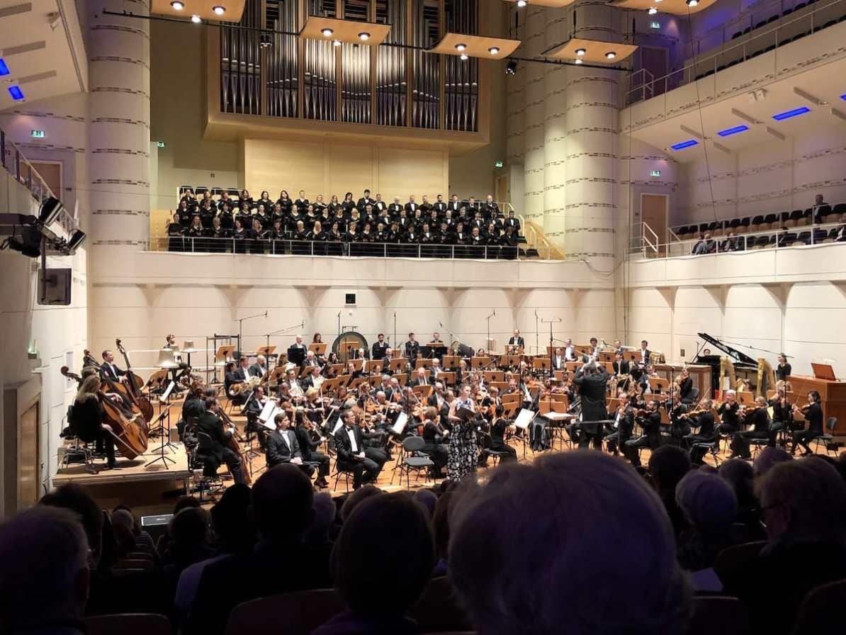 """Die Dortmunder Philharmoniker gemeinsam mit dem Tschechischen Philharmonischen Chor Brno während """"Selige Stimmen""""."""