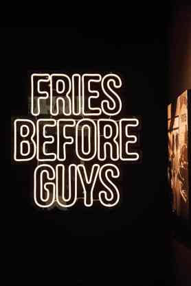 """""""Fries Before Guys""""-Leuchtschrift im Frittenwerk Dortmund"""