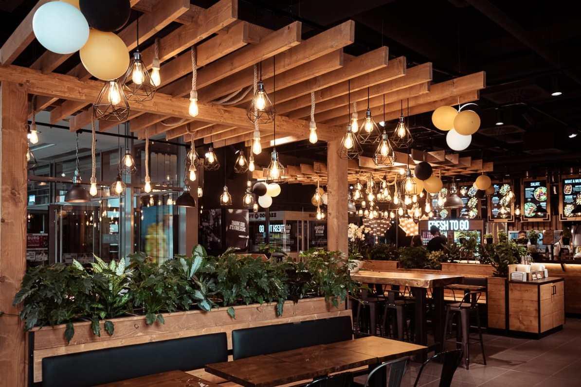 abgehängte Holzdecke mit vielen Lampen