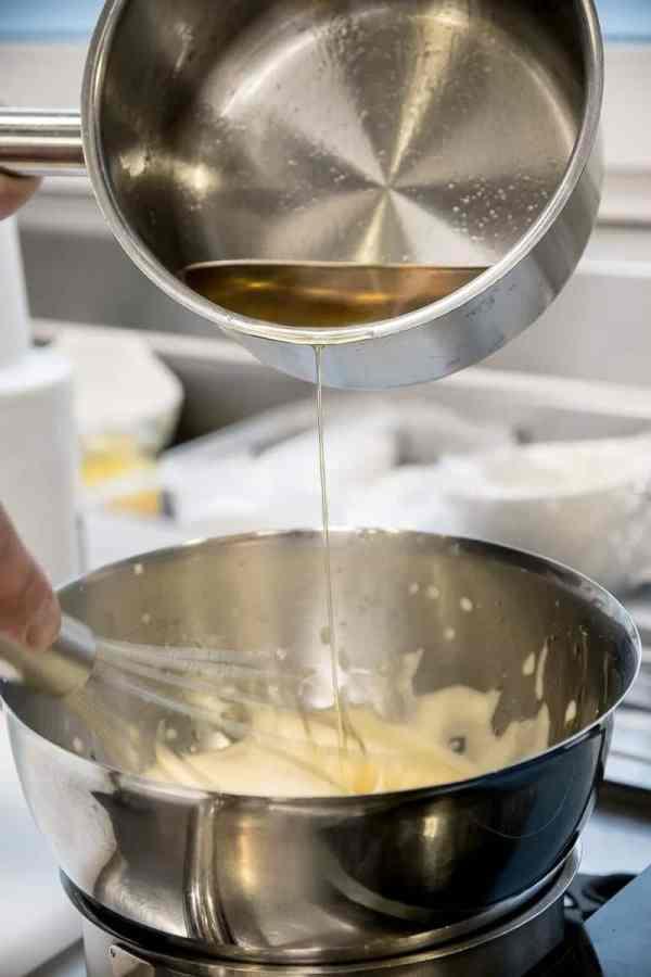 Hinzugabe von geklärter Butter für die Sauce Hollandaise