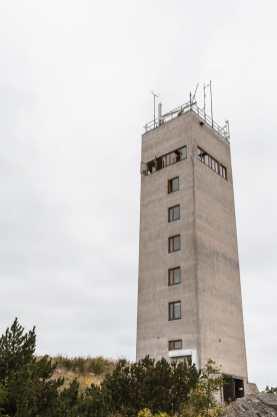 Der Schandfleck von Landsort - ein Betonhochhaus in grauem Waschbeton.