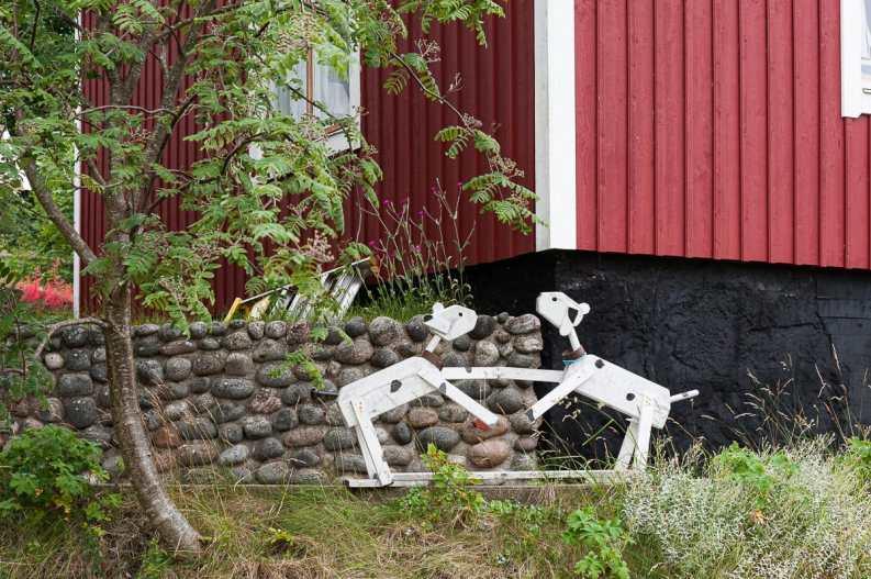 Kunstinstallation - zwei Hunde, die sich begrüßen - in Landsort